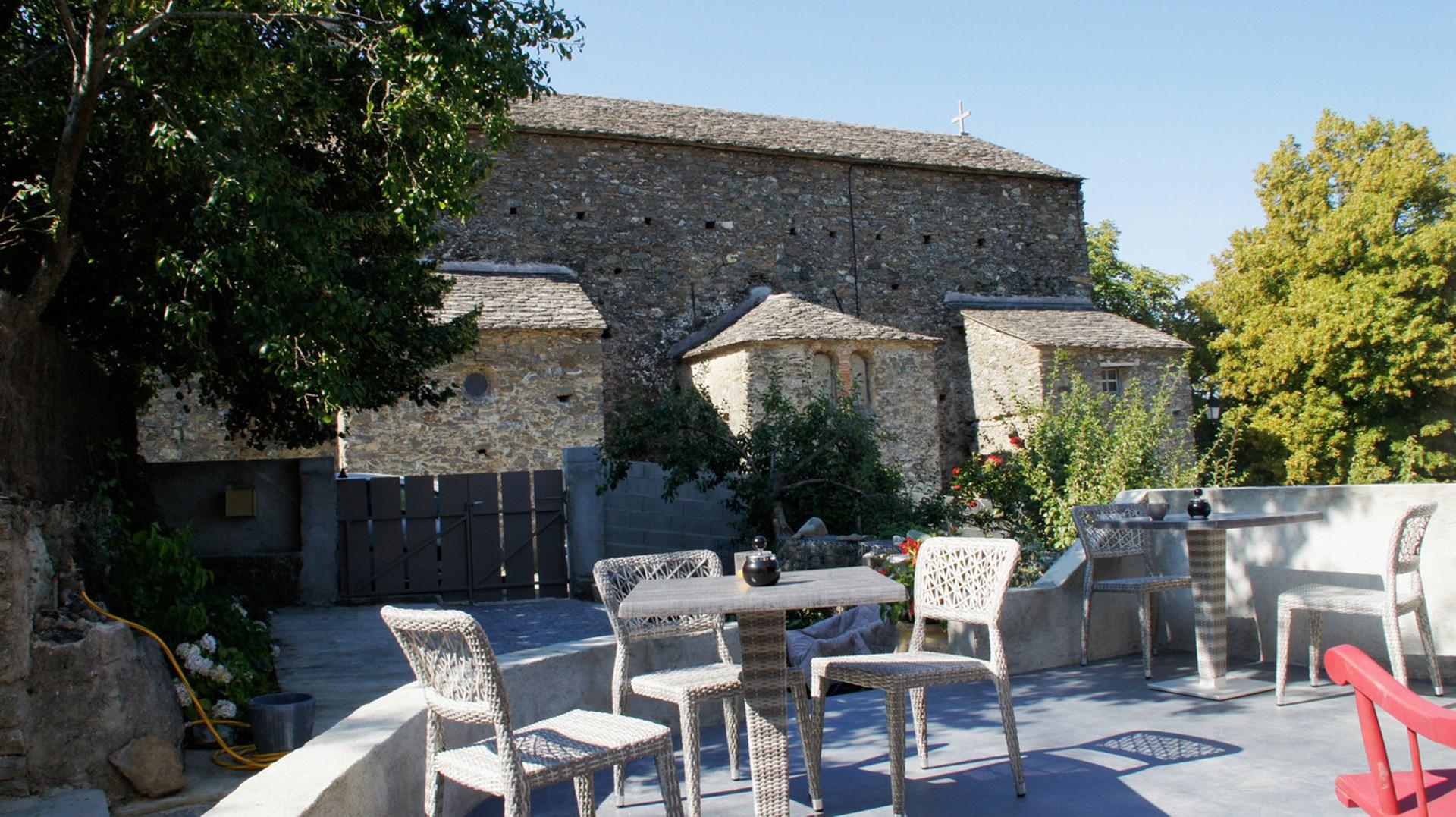 Chambres-d-hotes-bed-and-breakfast-corte-haute-corse-jardin-terrasse-dejeuner
